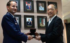 Col Cooper presents the Challenge Coin to Lt Gen (Ret) Hata
